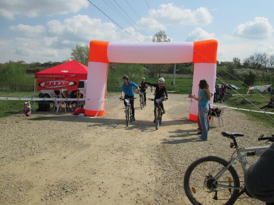Adriana si Alexandra, trec linia de finish impreuna la Probikers maraton Oradea 2014